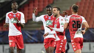 La joie des joueurs de l'AS Monaco, vainqueur de Rumilly Vallières en demi-finale de Coupe de France, le 13 mai à Annecy (PHILIPPE DESMAZES / AFP)