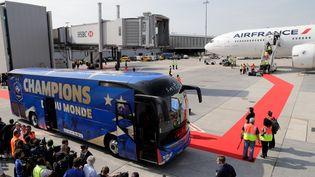 Le bus de l'équipe de France de football à l'aéroport deRoissy-Charles-de-Gaulle, lundi 16 juillet 2018. (THOMAS SAMSON / AFP)
