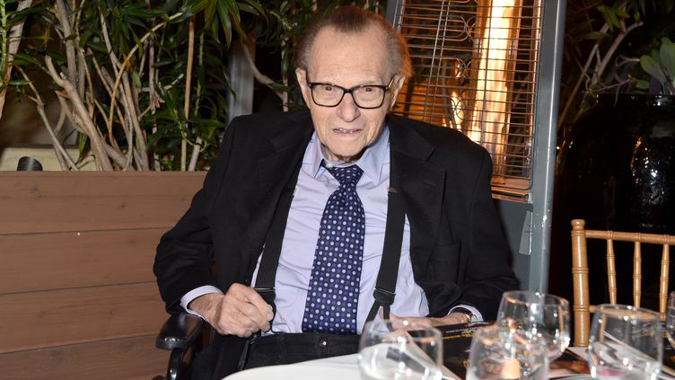 Larry King lors de son 86e anniversaire, le 25 novembre 2019, à Beverly Hills, en Californie (Etats-Unis). (GREGG DEGUIRE / GETTY IMAGES NORTH AMERICA / AFP)
