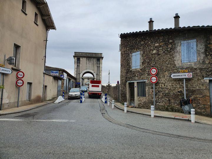 Des glissières ont été installées avant l'entrée du pont, des deux côtés, interdisant aux poids-lourds de passer. (LAURIANE DELANOË / RADIO FRANCE)
