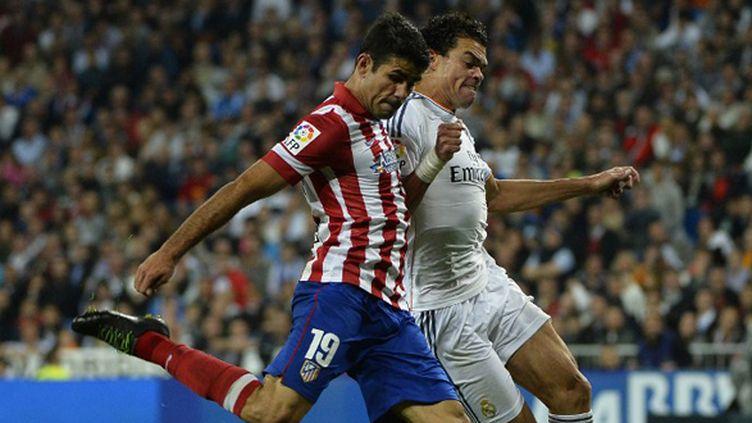 Diego Costa (Atletico) au coude à coude avec Pepe (Real) (GERARD JULIEN / AFP)