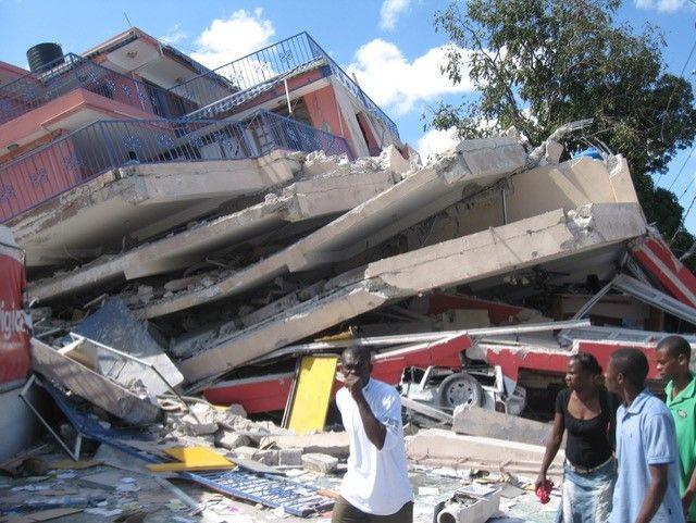 Un immeuble du centre de Port-au-Prince après le séisme. Les étages se sont effondrés les uns sur les autres (Photo Jacques Marie)
