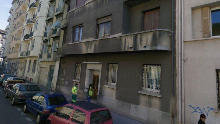 La macabre découverte a été faite dans un appartement de cet immeuble de la rue Jeanne de Chantal, à Marseille (Bouches-du-Rhône), le 20 août 2012. (GOOGLE STREET VIEW)