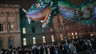 La Nuit Blanche à Paris, le 5 octobre 2019 : sur la rue de Rivoli, des artistes contemporains ont créé des oeuvres qui ont défilé en parade. Ici, en face du Louvre. (MICHEL STOUPAK / NURPHOTO)