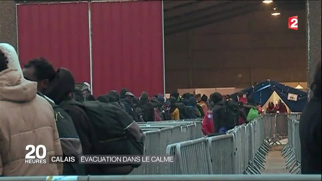 """La """"jungle"""" de Calais évacuée dans le calme"""
