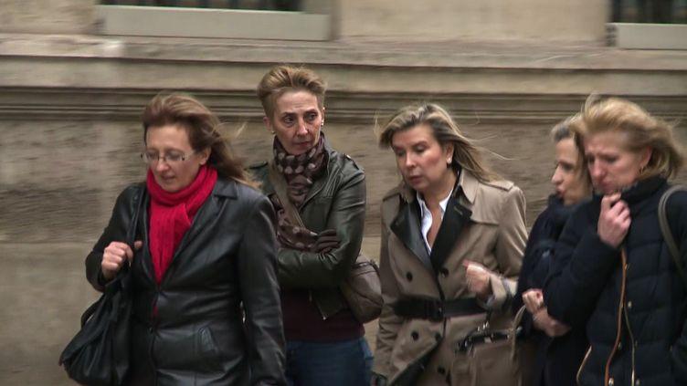 Les filles de Jacqueline Sauvagearrivent à l'Elysée avec leurs avocates pour y rencontrer François Hollande, le 29 janvier 2016. (AGNES COUDDURIER-CURVEUR / AFP)