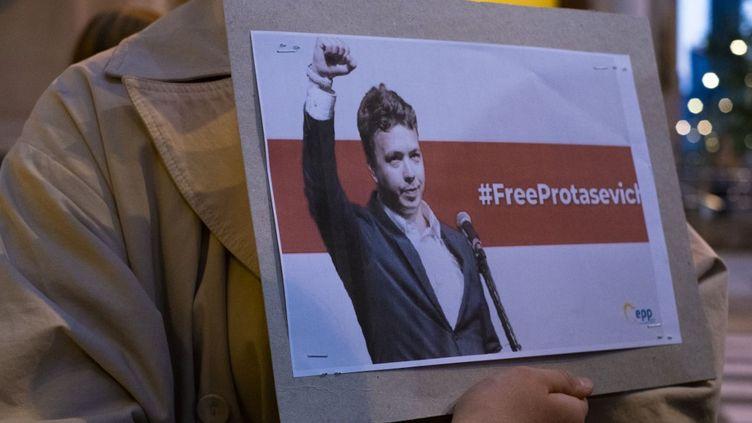 Une pancarte de soutien à l'opposant biélorusseRoman Protassevitch, arrêté à Minsk le 23 mai 2021. (FRANCOIS DEVOS / HANS LUCAS / AFP)