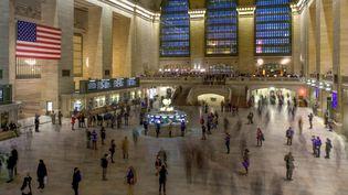 Des voyageurs dans la gare de Grand Central, à New York, le 27 mai 2020. (MICHAEL PORTILLO / ONLY WORLD / AFP)