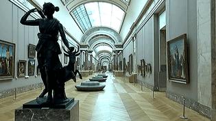 L'une des salles d'exposition vide du musée du Louvre à sa fermeture  (France3/Culturebox)