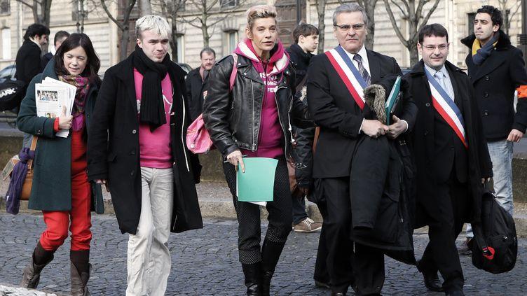 """Les opposants au mariage homo, avec Frigide Barjot, la chef de file du collectif """"La manif pour tous"""", quittent le Conseil économique, social et environnemental à Paris, où ilsont déposé, le 15 février 2013, 700 000 signatures pour demander l'ouverture d'un débat sur le sujet. (PATRICK KOVARIK / AFP)"""