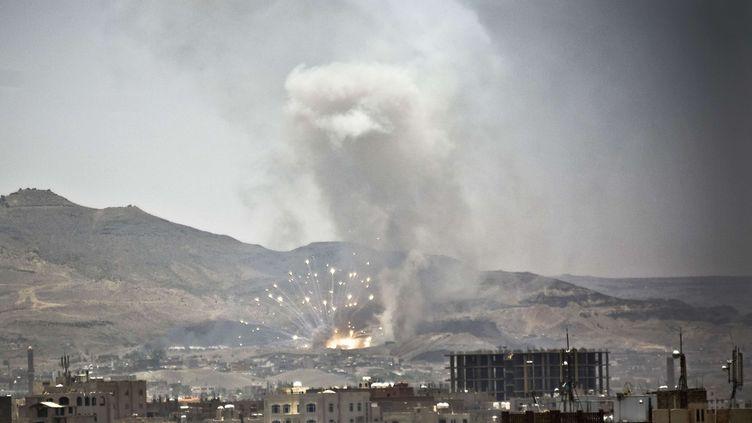 Un raid aérien mené par la coalition arabe frappe la banlieue de Sanaa (Yemen), le 21 avril 2015. (HANI MOHAMMED / AP / SIPA)