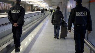 Des policiers patrouillent à l'aéroport Roissy-Charles-de-Gaulle, le 3 décembre 2015. (KENZO TRIBOUILLARD / AFP)