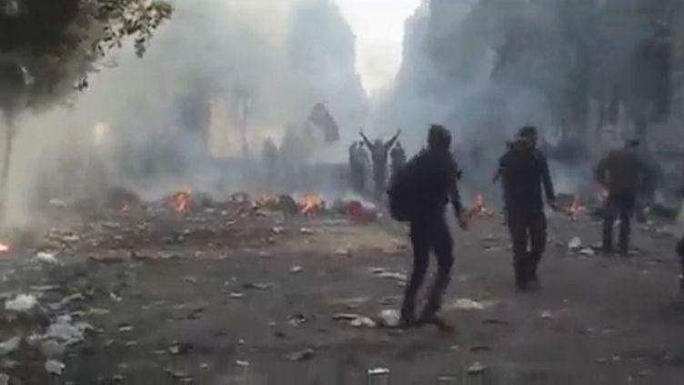 Des manifestants dans les rues du Caire (Egypte), le 23 novembre 2011. (FTVi / APTN)