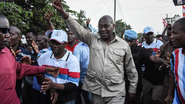 Le président de Chadema de Tanzanie, Freeman Mbowe, alors qu'il arrive au siège du parti après avoir été libéré de la prison de Segerea à Dar es Salaam, le 14 mars 2020. (ERICKY BONIPHACE / AFP)