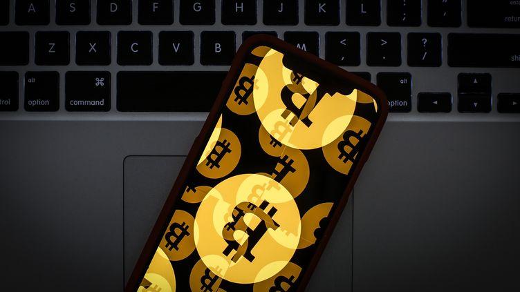 Le logodu bitcoin affiché sur un téléphone portable, le 22 janvier 2019. (JAAP ARRIENS / NURPHOTO / AFP)