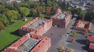 Le Familistère de Guise, construit dans les années 60 dans l'Aisne, est une cité ouvrière qui ressemble à un palais royal. (CAPTURE ECRAN FRANCE 2)