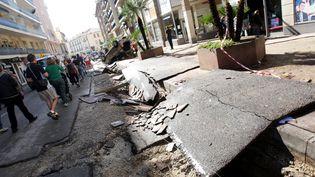 Une rue de Cannes (Alpes-Maritimes) endommagée après les inondations le 4 octobre 2015. (PATRICK CLEMENTE / AFP)