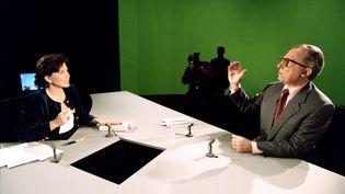 Jacques Delors invité d'Anne Sinclair, le 11 décembre 1994 à 7 sur 7. (PATRICK KOVARIK / AFP)