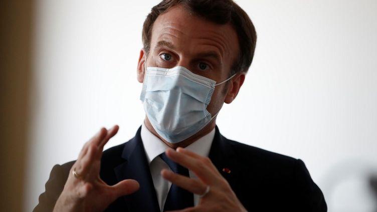 Le président français Emmanuel Macron lors d'une visite au centre médical de Pantin (Seine-Saint-Denis), le 7 avril 2020. (GONZALO FUENTES / AFP)