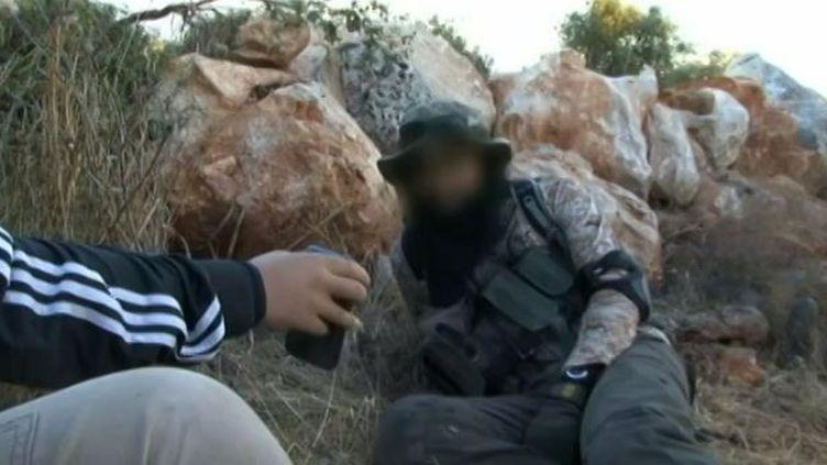Capture d'écran du document de Skynews montrant des jeunes britanniques combattant près des rebelles en Syrie (SKYNEWS)