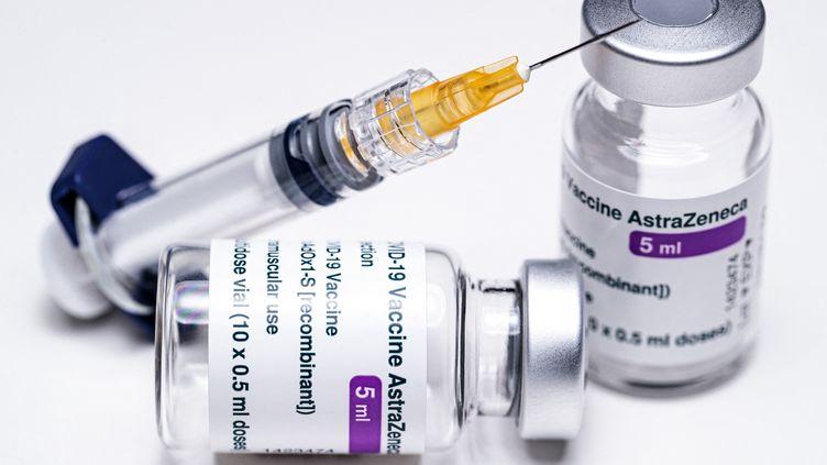Un flacon de vaccin AstraZeneca (illustration). (JOEL SAGET / AFP)