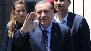 Le président turc, Recep Tayyip Erdogan (au milieu), salue la foule à Istanbul (Turquie), le 16 juillet 2016. (VELI GURGAH / ANADOLU AGENCY / AFP)