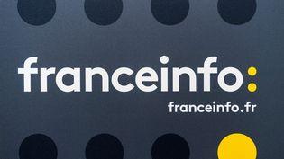 Le logo de franceinfo, à la Maison de la Radio, à Paris, le 26 août 2016. (LIONEL BONAVENTURE / AFP)