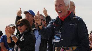 Wally Funk (au premier plan) lors de la cérémonie d'inauguration de la piste de Spaceport America près de Las Cruces, au Nouveau-Mexique (Etats-Unis), le 22 octobre 2010. (MARK RALSTON / AFP)