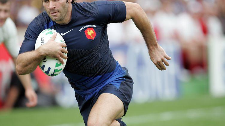 L'ailier français Christophe Dominici court pour marquer un essai lors du match France-Géorgie lors de la Coupe du monde de rugby au stade Vélodrome de Marseille,le 30 septembre 2007. (MICHEL GANGNE / AFP)