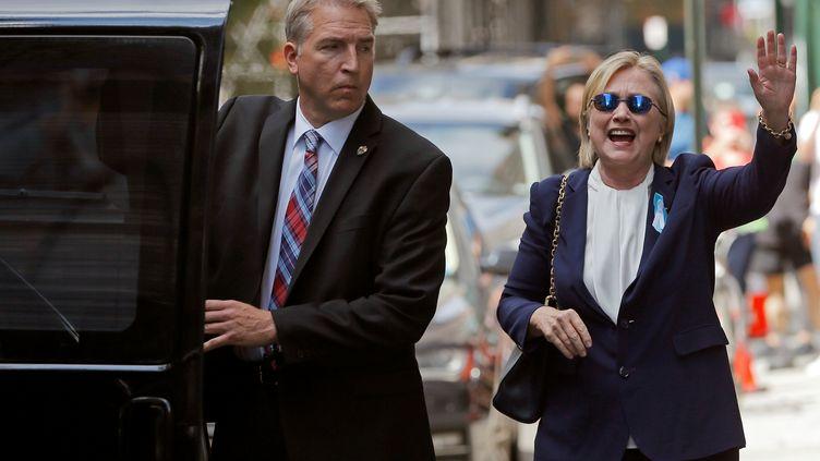 Hillary Clinton sort de chez sa fille Chelsea, le 11 septembre 2016, à New York. (BRIAN SNYDER / REUTERS)