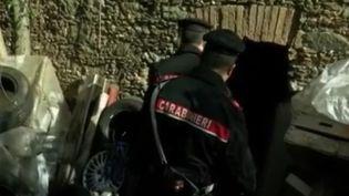 Dans le sud de l'Italie, une femme de 29 ans a été séquestrée dans une cave insalubre durant dix ans. Son bourreau abusait d'elle. La jeune femme a donné naissance à deux enfants. L'homme a été arrêté par les Carabiniers. (France 2)