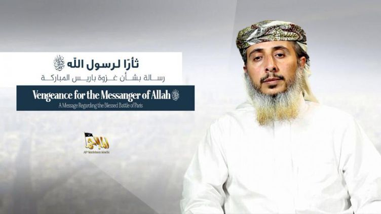 "Capture d'écran du communiqué vidéo d'Al-Qaïda dans la péninsule arabique, diffusé mercredi 14 janvier 2015 sur internet, où l'un des chefs de l'organisation, Nasser Ben Ali Al-Anassi, revendique l'attaque contre ""Charlie Hebdo"". (AQPA)"