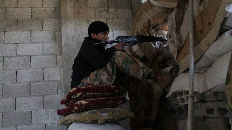 Un tireur rebelle à Deir Ezzor, en Syrie, le 9 octobre 2013. C'est là qu'un général du renseignement militaire a été tué le 17 octobre. (AHMAD ABOUD / AFP)
