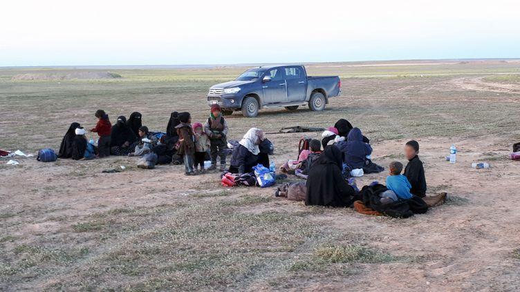 Des familles de jihadistes sorties de Baghouz (Syrie) se rendent aux Forces spéciales kurdes. (RADIO FRANCE)