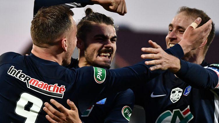 Des joueurs de l'équipe de Rumilly Vallières heureux après la victoire de leur équipe 2 à 0 face à Toulouse en quarts de finale de la Coupe de France, à Annecy, le mardi 20 avril 2021. (JEFF PACHOUD / AFP)