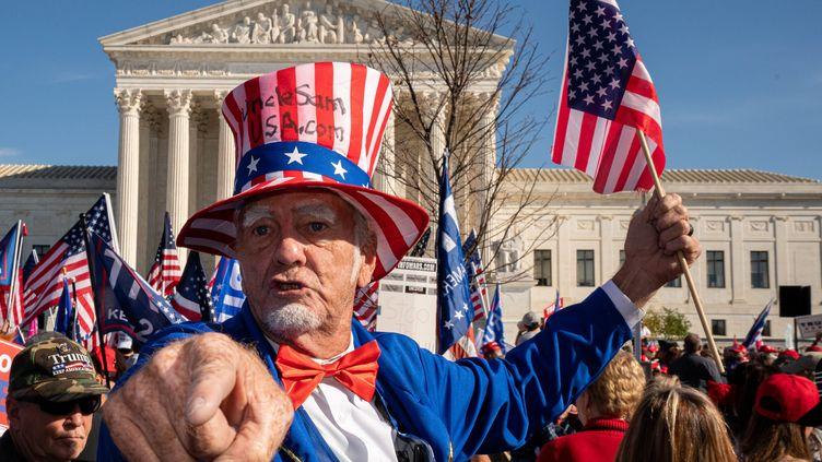 Des militants pro-Trumpmanifestentdevant la Cour suprême américaine, à Washington, samedi 14 novembre 2020. (KEN CEDENO / MAXPPP)