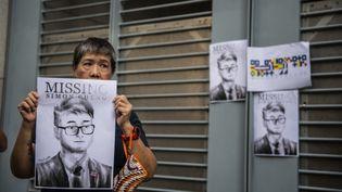 Des activistes sont rassemblés devant le consulat britannique à Hong Kong, le 21 août 2019, pour presser les autorités britanniques à s'impliquer dans la libération de Simon Cheng. (VERNON YUEN / NURPHOTO / AFP)