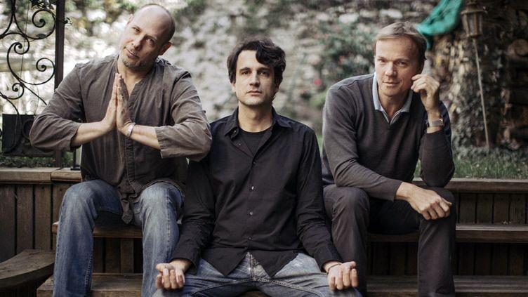 """Baptiste Trotignon très zen, entouré du batteur Jeff Ballard et du contrebassiste Thomas Bramerie : un trio de choc pour """"Hit"""" (Naïve, 2014)  (Hélène Pambrun)"""