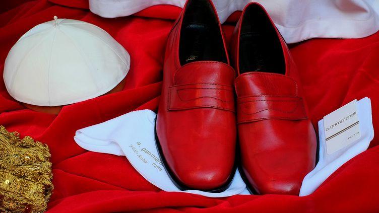 Habits et chaussures du pape dans la vitrine du tailleurGammarelli le 4 mars 2013 àRome (ALBERTO PIZZOLI / AFP)