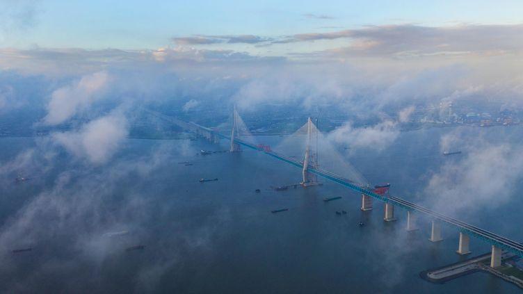 Des nuages au dessus du pont reliantShanghai à Nantong (Chine), le 9 août 2019.  (DING XIAOCHUN / IMAGINECHINA)