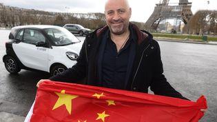 Patrick Le Chinois, un humoriste qui va parcourir les 20 000 km qui nous séparent de la Chine pour aller y jouer son spectacle en juin prochain en smart, ici à Paris le 18 mars 2021. (LP/OLIVIER LEJEUNE / MAXPPP)