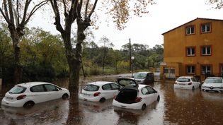 Un parking est inondé à Roquebrune-sur-Argens (Var), le 24 novembre 2019. (VALERY HACHE / AFP)
