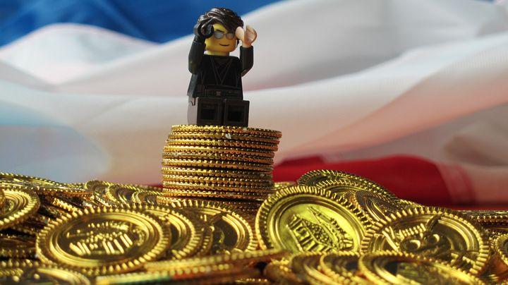 Tapie se retrouve en possession d'un tas d'or. ( EMMA DEFAUD / FRANCETV INFO)