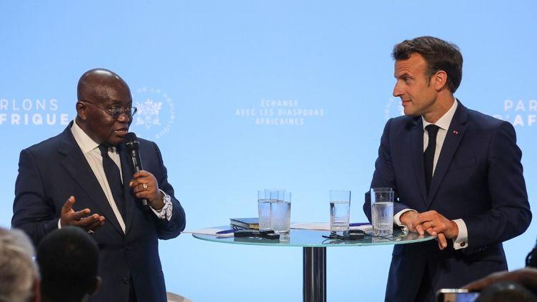 """Au côté d'Emmanuel Macron, le président ghanéen Nana Akufo-Addo s'exprime pendant le débat avec les diasporas africaines, """"Parlons d'Afrique"""", organisé le 11 juillet 2019 à l'Elysée, à Paris. (LUDOVIC MARIN / AFP)"""