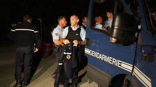 Des gendarmes effectuent des contrôles à l'entrée du village de Collobrières (Var), le 18 juin 2012,au lendemain du meurtre de deux de leurs collègues. (VALERY HACHE / AFP)