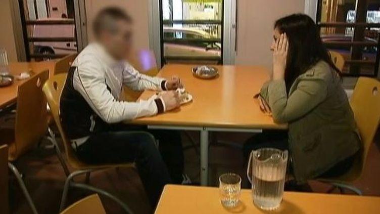 Un détenu placé sous surveillance électronique s'entretient avec une animatrice associative, à Paris. ( FRANCE 2)