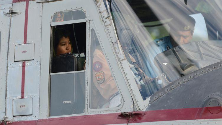 La jeune Rimsha a été emportée par un hélicoptère à sa sortie de prison au Pakistan, le 8 septembre 2012. (FAROOQ NAEEM / AFP)