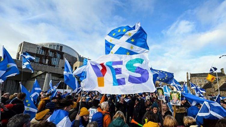 Des militants participent à une manifestation contre le gouvernement conservateur, l'indépendance de l'Écosse et le Brexit devant le siège du Parlement écossais à Édimbourg, le 1er février 2020. (ANDY BUCHANAN / AFP)