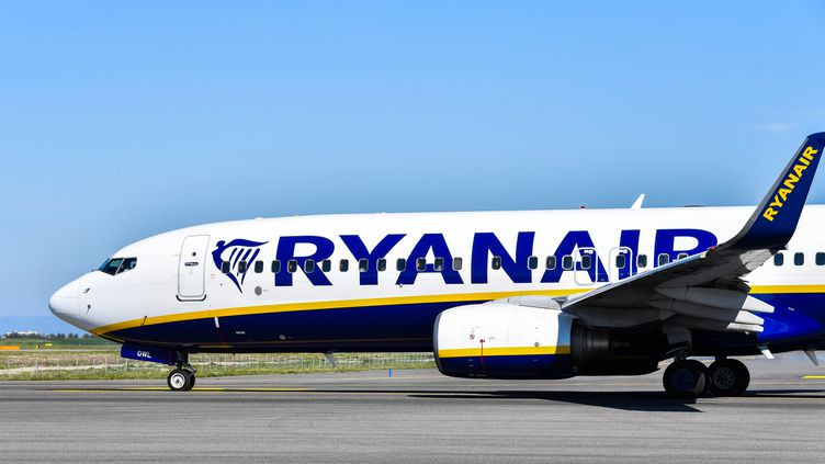 Un avion de la compagnie Ryanair à l'aéroport de Rome, le 30 mars 2019. (ANDREAS SOLARO / AFP)
