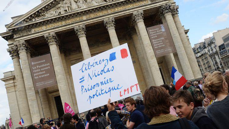 Des soutiens à Nicolas Buss, jeune militant de la Manif pour tous condamné à deux mois de prison ferme, le 21 juin 2013 devant le Panthéon, à Paris. (PIERRE ANDRIEU / AFP)